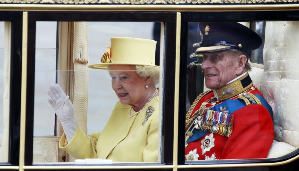 GIFT I 1947: Dronning Elizabeth II av Storbritannia og ektemannen hertugen av Edinburgh på vei fra Westminster Abbey i London i forbindelse med bryllupet mellom prins William og Kate Middleton. Foto: Lise Åserud NTB