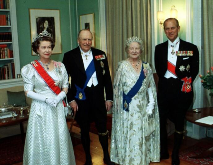 KONGEBESØK: Dronning Elizabeth, Kong Olav V, dronningmoren og Prins Philip. Foto: Paul Owesen NTB