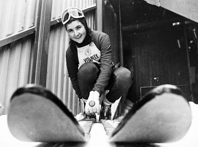 Her er Anita Wold på vei til å sette utfor i Holmenkollen i 1975, året etter debuten. Foto: NTB