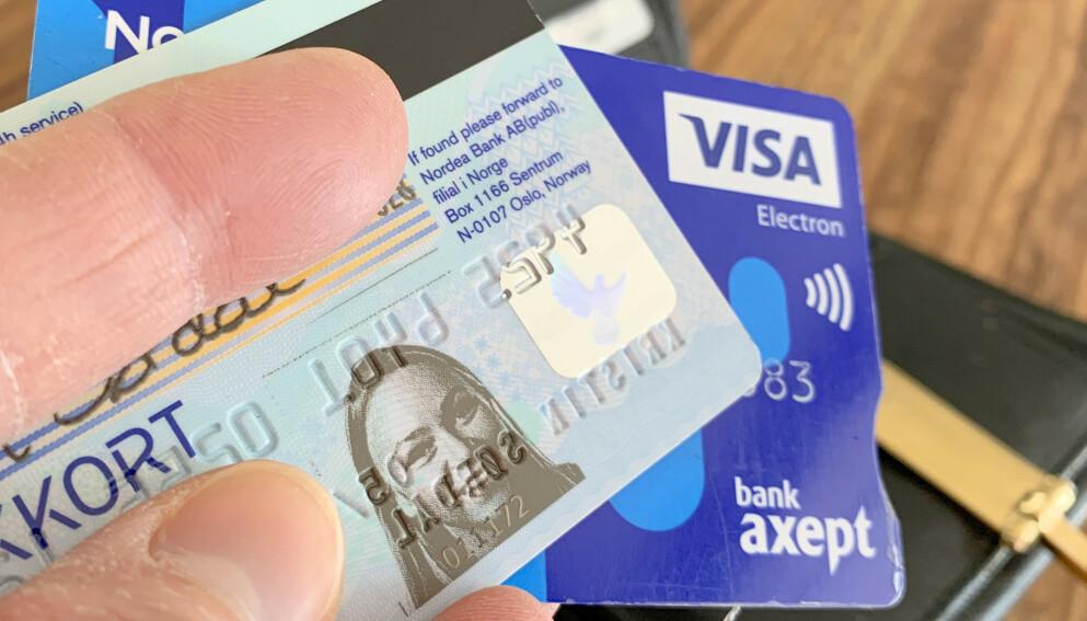 BANKKORT MED BILDE FORSVINNER: Bankkort med bilder har vært brukt som legitimasjon i Norge lenge. Men nå som de nye nasjonale ID-kortene er kommet, går de fleste store bankene over til bankkort uten bilde som standard. Hos noen kan du fremdeles bestille bankkort med bilde - men da må du spesifikt be om det. Foto: Kristin Sørdal