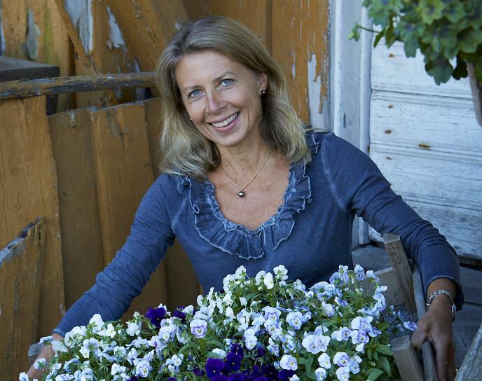 - VILLE GÅTT FOR KVALITETSJORD: Planterådgiver Tonje Bergh er også kjent fra TV-serien «Sommerhytta». Hun anbefaler kvalitetsjord for å få mest ut av plantene du kjøper. Foto: Anne-Line Biberg