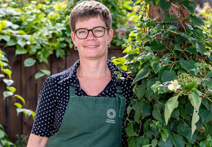 - JORD ER IKKE BARE JORD: Gartner Marianne Utengen i Det norske hageselskap sier det er stor forskjell på jorda i hagen og jord på pose. Foto: Tore Fjeld