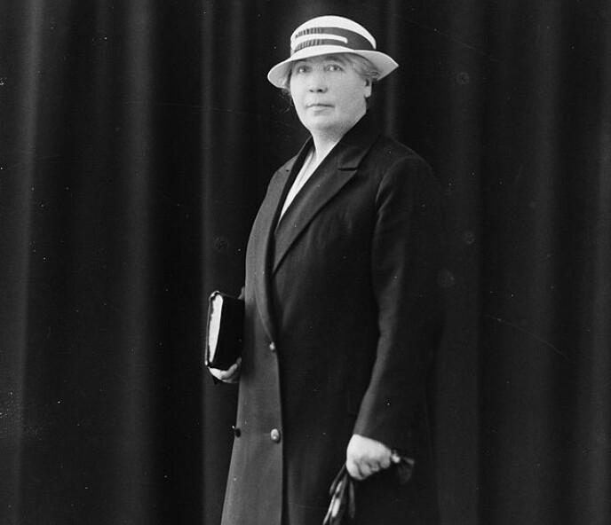 BYDAME: Da gårdsjenta Synnøve Finden var 18 år, la hun hjemplassen i bakspeilet og ble bydame i hovedstaden. Foto: Borgens Atelier/Fylkesarkivet i Sogn og Fjordane, 1910-1920