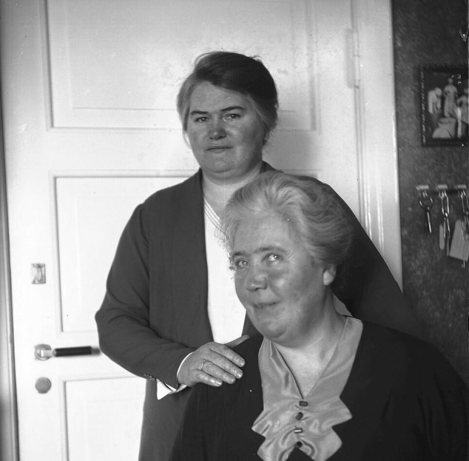 KJÆRLIGHET: Pernille Holmen (bak) aksepterte Synnøve Finden (foran) for den hun var. Det var kjærlighet til siste åndedrag. Foto: Esther Langberg, Oslo Museum rundt 1930