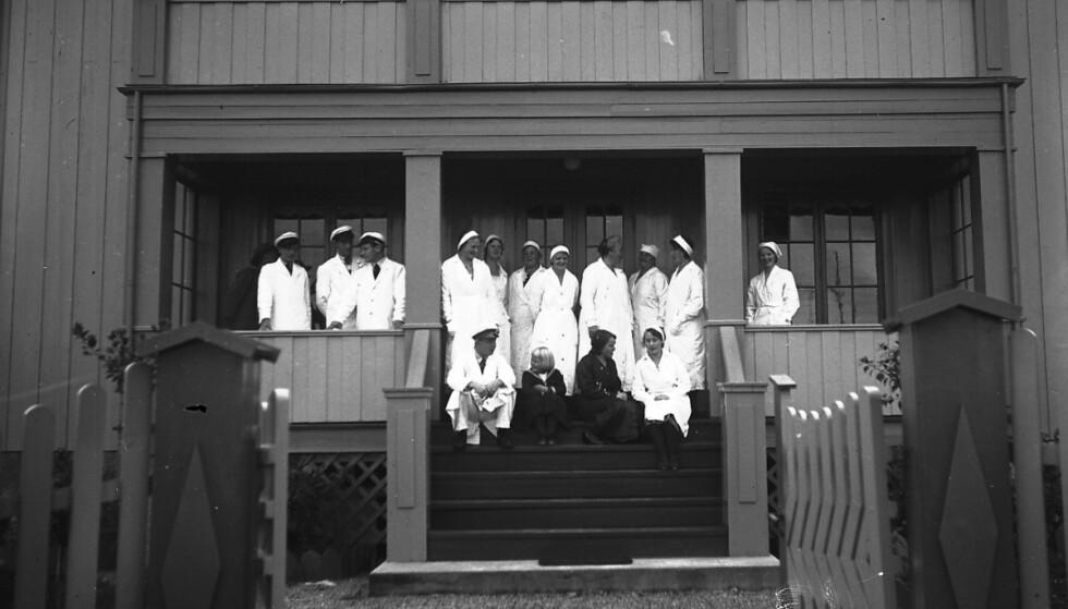 OSTEFABRIKKEN: Ansatte fotografert utenfor ostefabrikken på Grefsen i Oslo. Foto: Esther Langberg, Oslo Museum