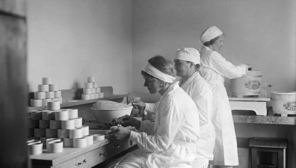 OSTEJENTENE: Alle som jobbet for Synnøve Finden måtte være frelst, og godta lav lønn. Overskuddet gikk til Misjonen. Foto: Esther Langberg, Oslo Museum