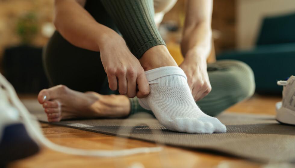 De fleste av oss opplever at stramme sokker gir merker rundt leggen en gang iblant. Det er hvis merkene ikke forsvinner av seg selv, at du bør sjekke om det kan skyldes hjerte- eller karsykdom. Illustrasjonsfoto: Shutterstock/NTB