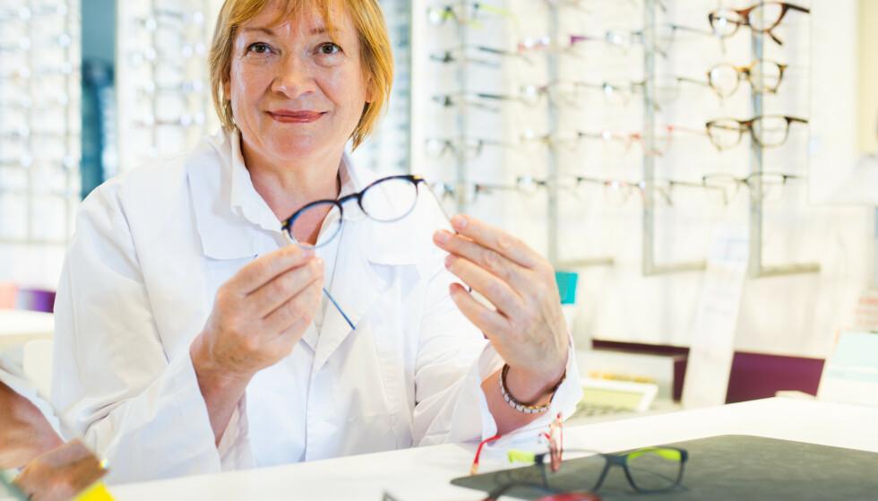 PRISSJOKK PÅ BRILLER: Vi.no har gjennomført en prisundersøkelse på briller som avslører enorme prisforskjeller. Vi har sjekket prisene hos Brilleland, Specsavers, Interoptik, Synsam, Krogh Optik og nettbutikken Extra Optical. Vi forteller deg hvor det er billigst og dyrest - og hva ekspertene sier om kvalitetsforskjeller. Foto: Shutterstock/NTB scanpix