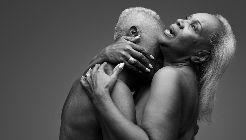 LYNNE OG GEORGE: Lynne og George er blant de fem parene som har latt seg fotografere til kampanjen «Letś Talk the Joy of Later Life Sex». - Etter hvert som vi blir eldre blir vi mer eksperimentelle, sier Lynne om parets sexliv. Foto: Ian Rankin / Relate