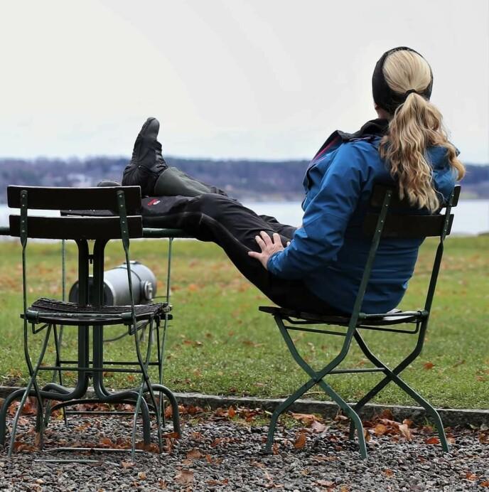 GODE DAGER: For Merete er det viktig å lage seg en god dag, hver dag, på tross av utfordringene. Noen ganger er det å gå en tur, dekke på med finserviset eller ligge i sola og slumre det som kan løfte dagen. Foto: Merete Jensen