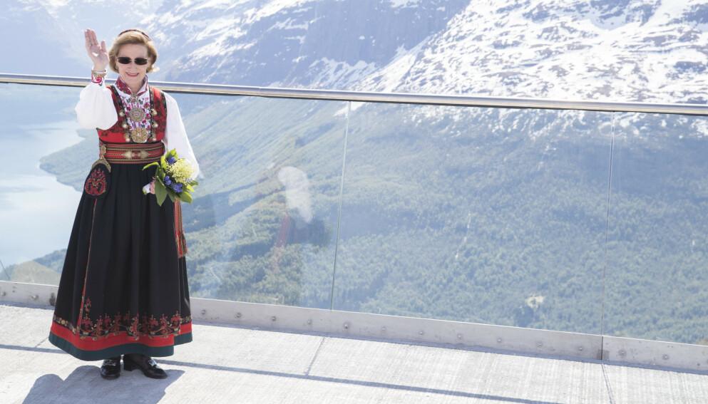 TIL TOPPS: Dronning Sonja i Øst-Telemarksbunaden, 50 år etter at hun fikk den. Skjorta har hun byttet ut underveis, men ellers er bunaden den samme. Her er hun under åpningen av Loen Skylift i 2017. Foto: Terje Pedersen/NTB