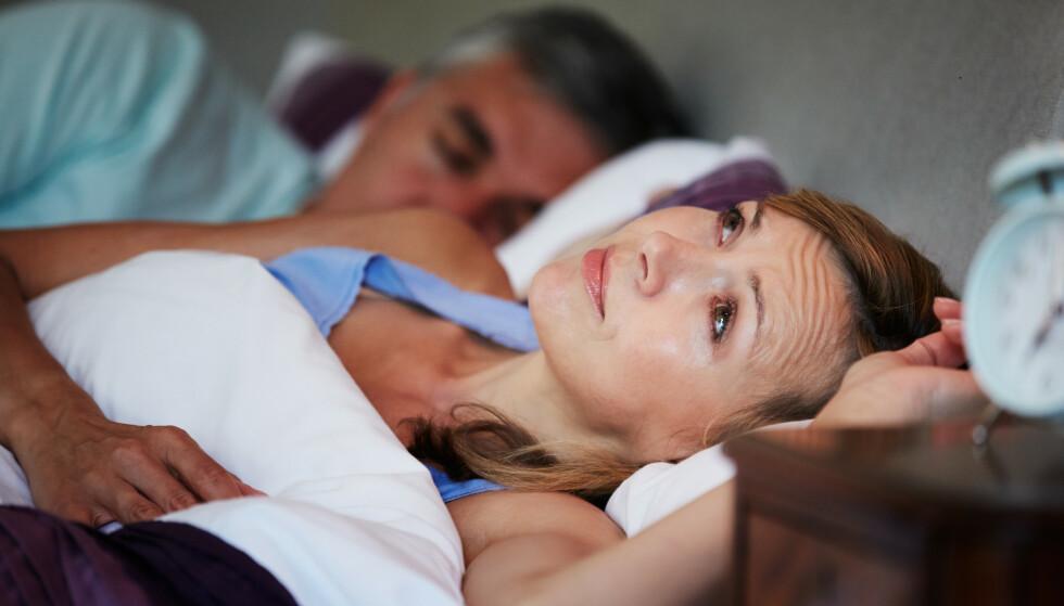 Det finnes knapt noe som er så irriterende som å være trøtt og ville sove, men ikke få det til. Det blir ikke akkurat lettere om sidemannen ligger og purker og sover høylytt. Illustrasjonsfoto: Shutterstock/NTB