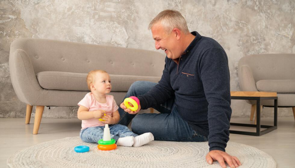 Bestefar er i full jobb, og orker ikke like mye barnelek som før. Dermed faller mye av ansvaret for barnevakt på bestemor. Illustrasjonsfoto: Shutterstock/NTB