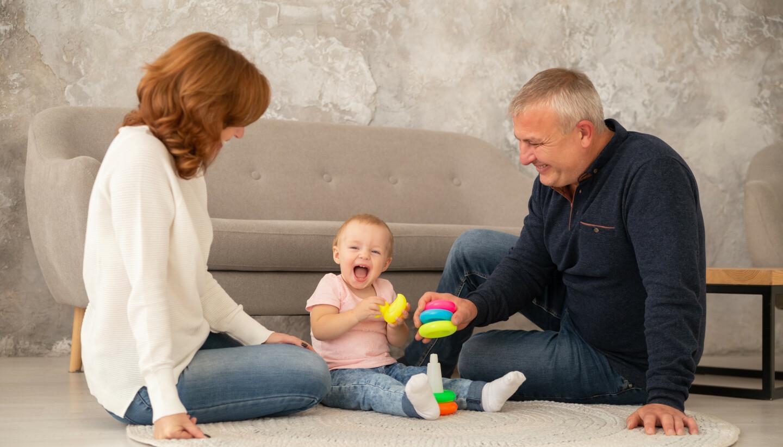 LIVETS DESSERT: De elsker sitt yngste barnebarn og vil så gjerne tilbringe tid sammen med henne. Bestemoren skulle bare ønske at samværet bar mer preg av besøk, og mindre av pass. Følelsen av å bli tatt for gitt, er det verste. Illustrasjonsfoto: Shutterstock/NTB