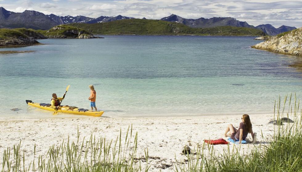 Sommarøy byr på strandliv som sender tankene langt sør i verden. Foto: Visit Norway