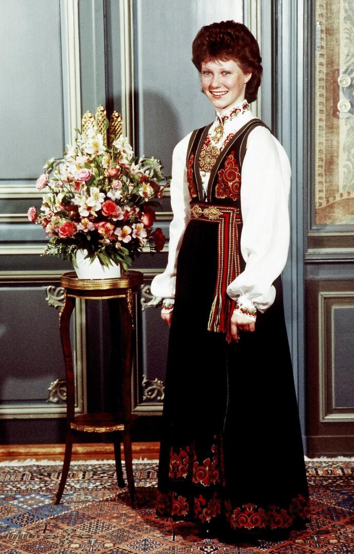 ARVEGODS: 32 år etter kronprinsesse Märtha gikk bort, ble bunaden hennes gitt videre til barnebarnet på konfirmasjonsdagen. Bunaden ble sydd av Anne Bamle, som skapte en rekke varianter av Øst-Telemarksbunaden på 1920 og 30-tallet. Denne modellen heter fremdeles «Prinsesse». FOTO: Bjørn Sigurdsøn/NTB