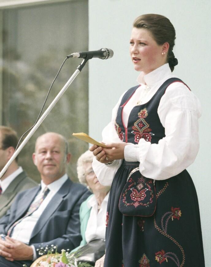 SLEKTERS GANG: I 1992 fikk prinsesse Märtha Louise fikk sin Ørskogbunad fra Sunnmøre. Den har mer broderi og lengre stakk enn bestemorens bunad, som var laget etter datidens idealer for nasjonaldrakter. Her er hun i 1995. FOTO: Rune Petter Ness/NTB
