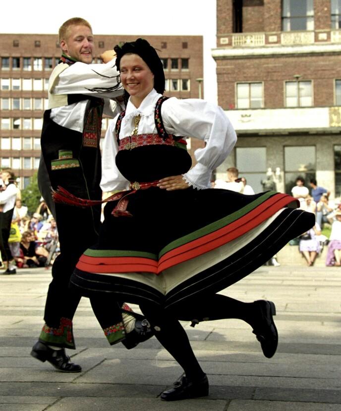SUS I SERKEN: Prinsesse Märtha Louise danset folkedans i oppveksten. Her er hun med dansepartneren, nåværende skuespiller, Mads Ousdal i 1994. Begge iført Setesdalsbunader, en folkedrakt som har vært i kontinuerlig bruk i Norge i hundrevis av år. FOTO: Morten Holm/NTB