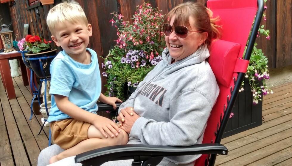 NÆR FAMILIE UTEN EGNE BARN: Hege Johannessen har følt på stigmaet rundt å være frivillig barnløs. Her er hun sammen med sønnen til kusinen sin. Foto: Privat