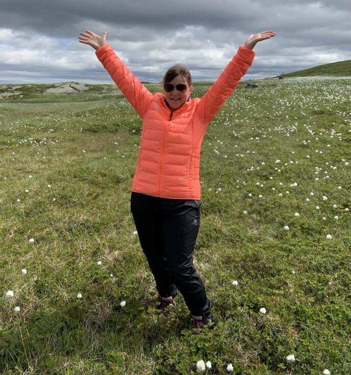 GLAD I FRILUFTSLIV: Selv om Hege Johannessen elsker å være hjemme alene i leiligheten sin, er det deilig med litt frisk luft også. Enten på fjellet eller i Østmarka som ligger rett ved der hun bor. Foto: Privat
