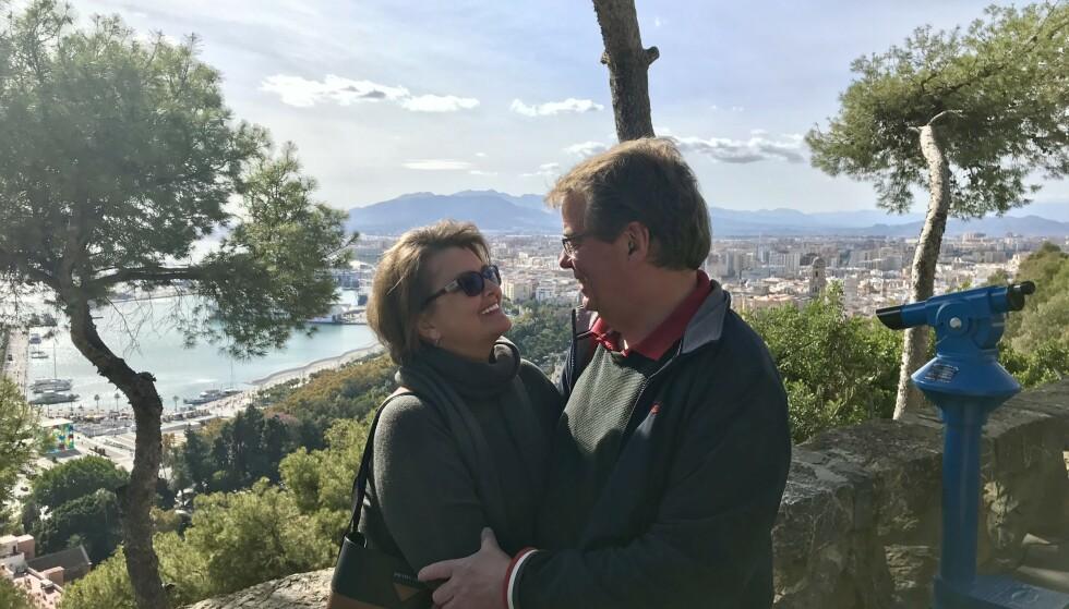 PÅ FERIE: Mette og Morten klarte ikke å konsentrere seg om jobb da forelskelsen traff dem. Her er de i Malaga på ferie året etter de ble kjærester. Foto: Privat