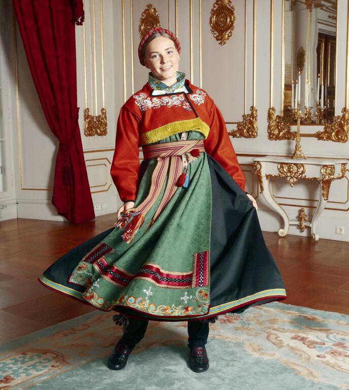 SUS I SERKEN: Prinsesse Ingrid Alexandra var selv med å valgte ut materialer og farger til sin rekonstruerte bunad fra Øst-Telemark. Den er gjenskapt så nøyaktig som mulig etter klær som var i bruk i Telemark fra 1800 til 1850 og kalles også «Gammel øst» eller «Rekonstruert rødtrøyebunad». FOTO: Lise Åserud/NTB