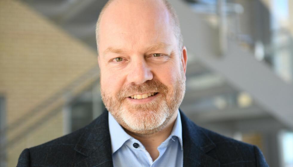KAN STARTE BRANN: Johan Marius Ly, avdelingsdirektør i Direktoratet for samfunnssikkerhet og beredskap (DSB), sier bruk av innelys ute kan føre til kortslutning - og brann. Foto: Anita Andersen (DSB)