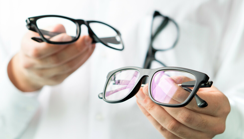 VANSKELIG BRILLEKJØP: Vi.no har avslørt store forskjeller i hvor avanserte og dyre brilleglass optikerne mener vi trenger. Så hva skal forbrukerne tro på? 9 av 10 sier de synes det er vanskelig å orientere seg om briller og brilleglass og hva man trenger. Dette beklager optikerkjedene Specsavers og Synsam - mens Krogh Optikk sier det er naturlig at det oppleves som vanskelig - på samme måte som det kan oppleves som vanskelig innenfor fagfeltene bilreparasjoner og liknende. Foto: Shutterstock/NTB