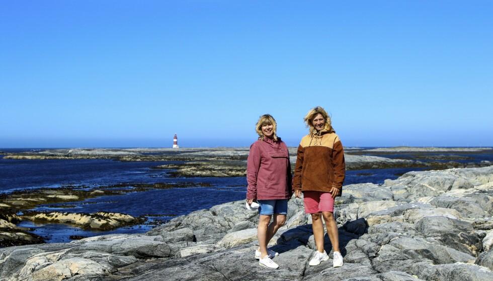 GLADE I SMØLA: Søstrene Line Nicolaysen og Hilde Røinås driver gjestehus på Veiholmen. – Nærheten til havet og det konstante havbruset er fascinerende, er de enige om. Foto: Runar Larsen