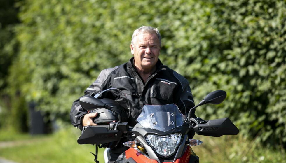NORGESFERIEEKSPERT: Per Roger Lauritzen har reist mer på kryss og tvers i Norge enn de fleste. Nå for tiden samler han de beste opplevelsene på to hjul. Foto: Marius Kromvoll