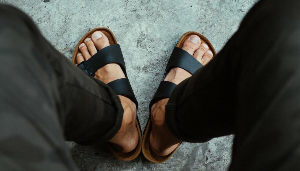 KAN GI RYGGPLAGER: Skal du gå lengre enn en kilometer, bør du velge gode sko eller sandaler med hælreim, råder skomaker og fotterapeut. Ellers kan du få smerter - også andre steder enn i beina. Illustrasjonsfoto: Shutterstock/NTB