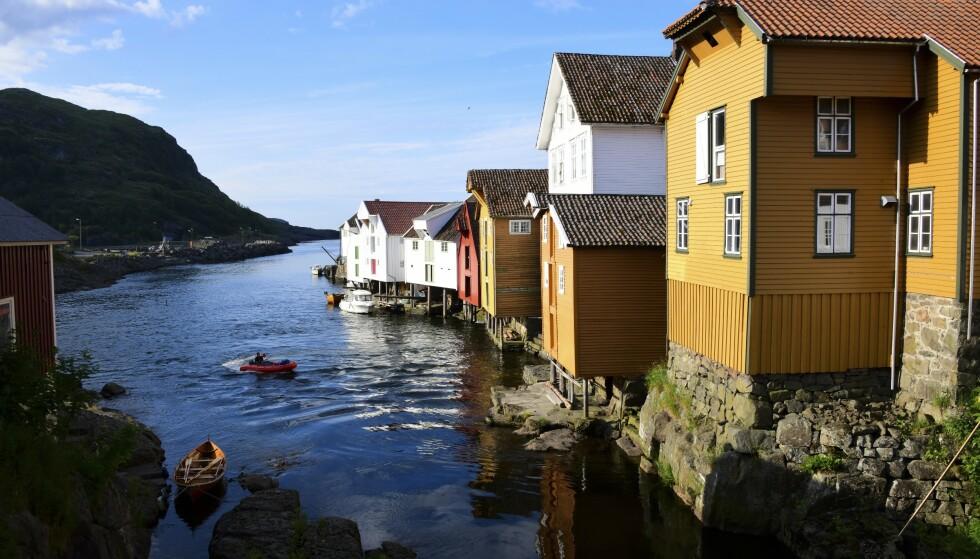 VAKKER PERLE: Sogndalstrand er seilskutebyen som ble Norges første vernede kulturlandsby. Foto: Torild Moland