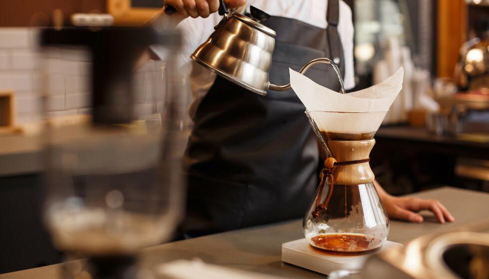 FILTER: Er du blant dem som har byttet ut filterkaffen med espresso, americano eller italiensk mokka, kan det være du bør tenke deg om. Drikker du mye ufiltrert kaffe, kan det bidra til å øke kolesterolnivået ditt. Foto: NTB