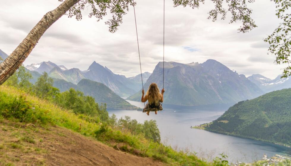 Eventyrlandskap: Fotturen opp Gunnarråsa gir deg nydelig utsikt over Hjørundfjorden. Foto: Lisa Vatne Svoren.