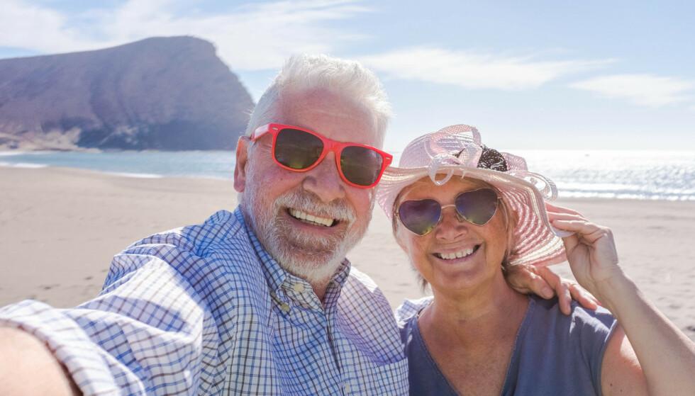 KLAR FOR FERIE? Norske pensjonister er glade i å reise, og mange blir gjerne borte en stund når de først drar. Men pass på: Lengre reiser krever utvidelse av reiseforsikringen - og det er spesielt dyrt for de eldre. Foto: Shutterstock/NTB