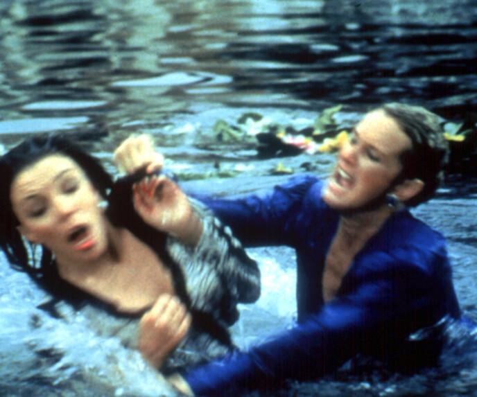 CATFIGHT: Krystle og Alexis sloss for seg selv og egne interesser. - De slåss fysisk. Den mest spektakulære scenen er der de sloss mot hverandre i en fiskedam «The Koi Pond». De er våte og bustete på håret. Det var nærmest halvpornografisk, sier professor Jostein Gripsrud. Foto: Moviestore REX NTB