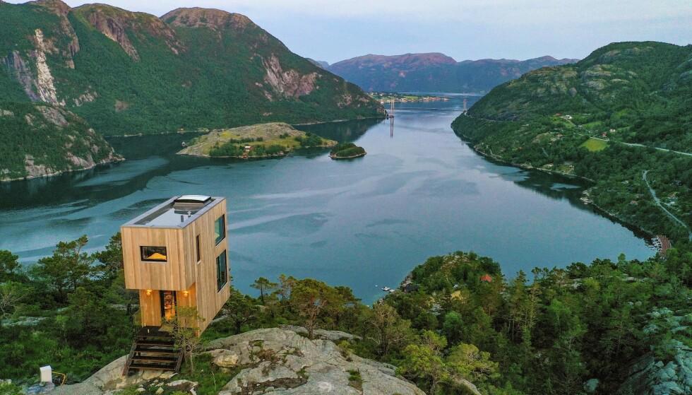 PÅ STUPET: The Bolder gjenspeiler selve arkitekturen, beliggenheten eller de som våger å overnatte her, hengende over fjorden. Foto: Ronny Frimann