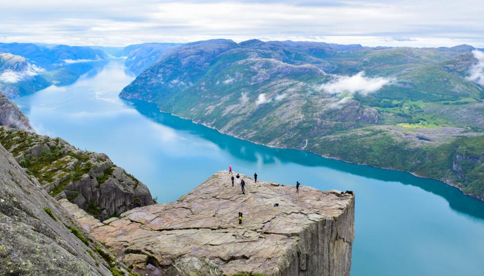 DEN STORE STJERNEN: Den karakteristiske, flate tuppen som henger 604 meter over Lysefjorden, var kjent lenge før Tom Cruise kastet seg utfor i Mission Impossible 6. Over 300 000 mennesker tar turen hit hvert år. Foto: NTB