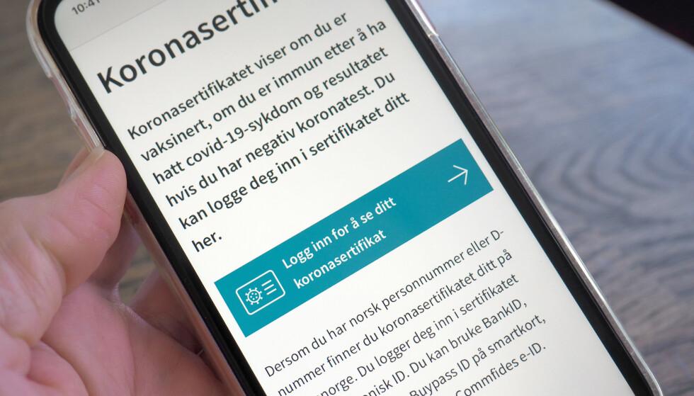 KORONAPASS PÅ HELSENORGE: Du finner koronasertifikatet ditt på Helsenorge.no. Der kan du velge å skrive det ut på et ark - som du selvsagt også kan gjøre fra en PC. Foto: Kristin Sørdal