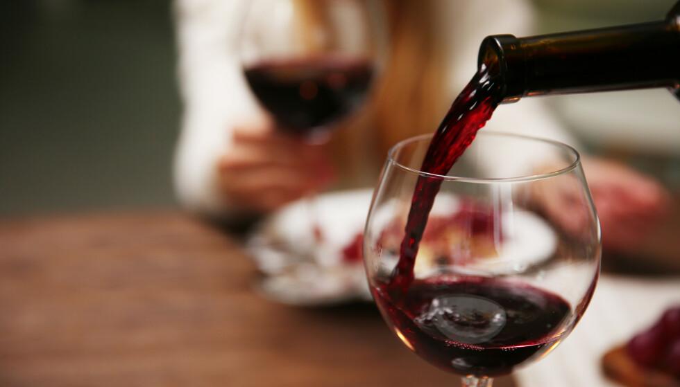 ALKOHOLFORBRUK: Er du godt voksen kan flere glass vin eller annen alkohol på samme dag være problematisk. Les mer om hvorfor i artikkelen. Foto: NTB