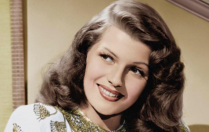 RITA HAYWORTH: I filmen «Gilda» fra 1946 spilte Rita Hayworth en klassisk femme fatale og ble enormt populær. Hennes friske utseende ble forsøkt kopiert over hele den vestlige verden. Foto: NTB
