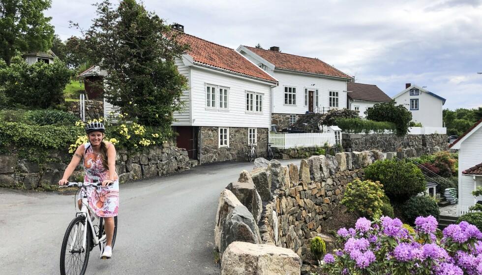 SØRLANDSIDYLL: Sogndalstrand byr på ekte sørlandsidyll, gjerne på sykkel. Foto: Torild Moland