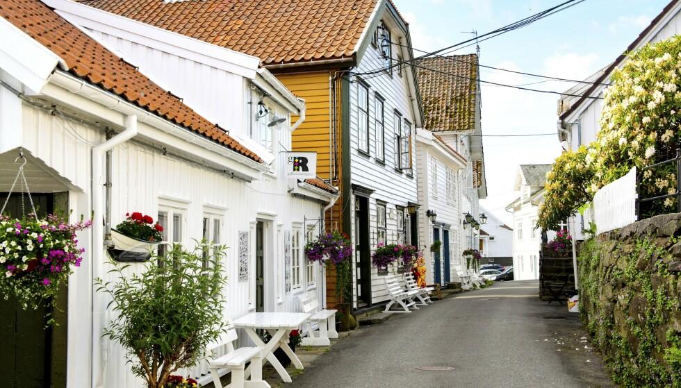 IDYLLISK STED: Hvite hus og fargerike blomsterkasser preger gatebildet. Foto: Torild Moland