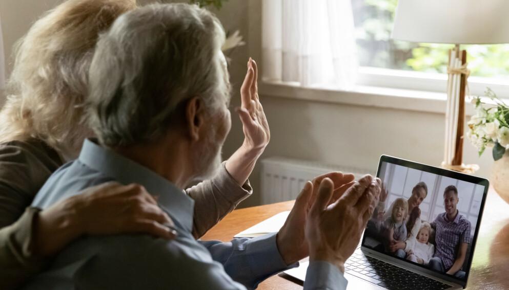 EN DÅRLIG ERSTATNING: Digital kontakt med familie og venner kan føre til mer ensomhet og depresjon hos eldre, viser en ny studie. Illustrasjonsfoto: NTB