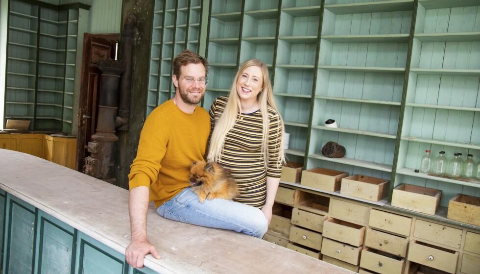 FYLLE HYLLENE: Den gamle stasbutikken i Murhuset skal restaureres tilbake til fordums prakt. Dette skal ha vært den best utstyrte og mest populære butikken på Sunnmøre i sin tid. Foto: Siv-Elin Nærø