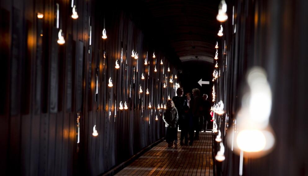 ET VERDIG MINNE: På Steilneset Minnested kan du lese om de 91 ofrene som ble dømt til døden i Vardø på 1600-tallet. Det brenner også ett lys for hvert av ofrene. Foto: NTB