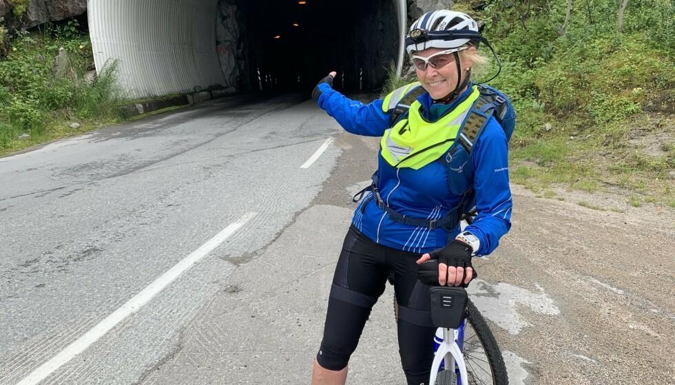 UTFORDRING: Skal du sykle gjennom Norge, må du tørre å sykle i tunneller. Her viser Turid Williksen vei. Foto: Privat