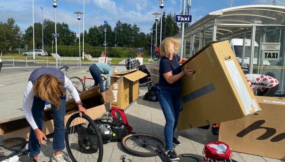ORDEN I KAOSET: Det blir litt styr når sju sykler skal pakkes opp og skrus sammen etter flyturen. Foto: Privat