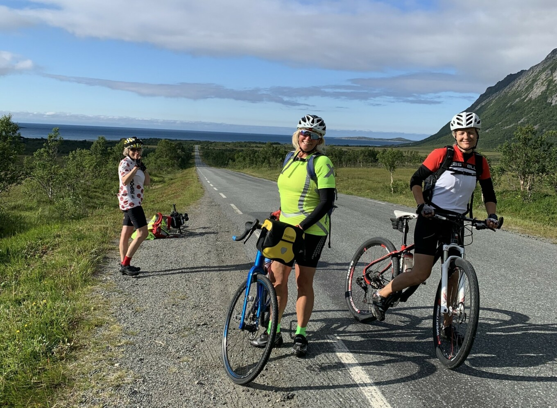 PUST I BAKKEN: Vakker natur nytes best fra sykkelsetet. Fra venstre: Ruth S Bjørnsgaard, Bjørg Teigen, Birgit Ranheim. Foto: Privat