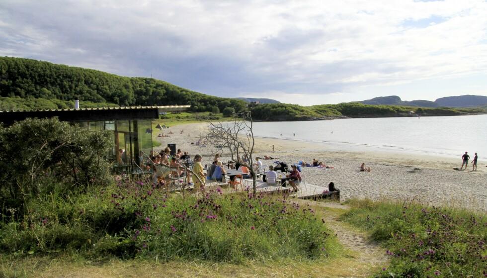 EVENTYRLIG VAKKERT: Stokkøya ligger ut mot havet på Trøndelag-kysten. Her finner du strandhotell, strandbar, eget bakeri, bryggeri og gindestilleri – og aktiviteter til lands og til vanns. Foto: Erik Larsen